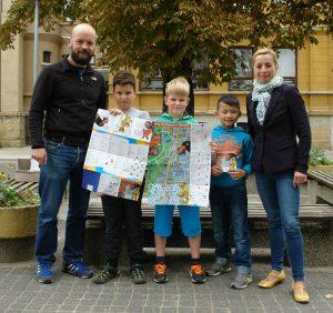 Übergabe des Kinderstadtplans an die Kinder der Geschwister-Scholl-Grundschule durch Christian Gundlach (Kinderbüro) und Talina Rinke (Magistralenmanagement).