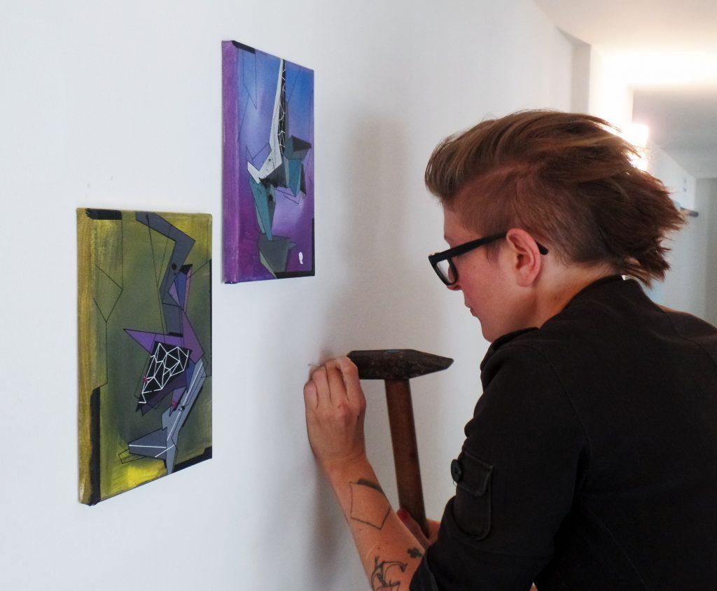 8. Nacht der Kunst - Künstlerin Market Heckhoff bereitet ihre Ausstellung auf der Galerie im Infozentrum vor.