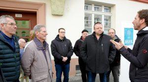 Falko Langer (r.) vom Förderverein Georg-Schumann-Straße begrüßt die Anwesenden u.a. Sebastian Fried (l.) vom ASG, Hansgeorg Herold (2.v.l.) Vertreter des Magistralenrat Georg-Schumann-Straße und Paumpate Andreas Geisler (3.v.r.).