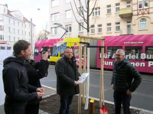 Übergabe der Baumpaten-Urkunde durch Sebastian Fried (r.) vom Amt für Stadtgrün und Gewässer (ASG) und Falko Langer (l.), Vorsitzender des Förderverein Georg-Schumann-Straße e.V.