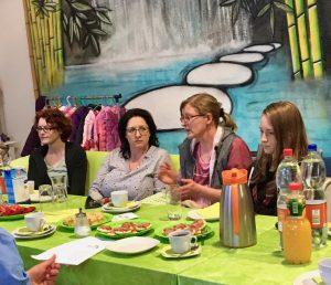 Sylvia Pielberg (2.v.r. Pielberg Raumausstattung) berichtet über ihr traditionsreiches Unternehmen.