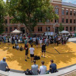 """Feierliche Eröffnung des """"Renftplatzes"""" am 1. Juni 2018 mit Schüler*innen des Werner-Heisenberg-Gymnasiums. Foto: Stadt Leipzig/Roland Quester"""