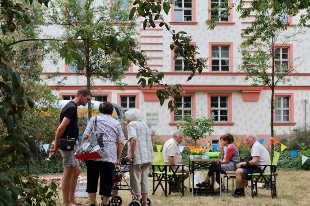 Nachbarschaftspicknick auf dem Pater-Aurelius-Platz in Wahren @Magistralenmanagement Georg-Schumann-Straße/Maria Köhler