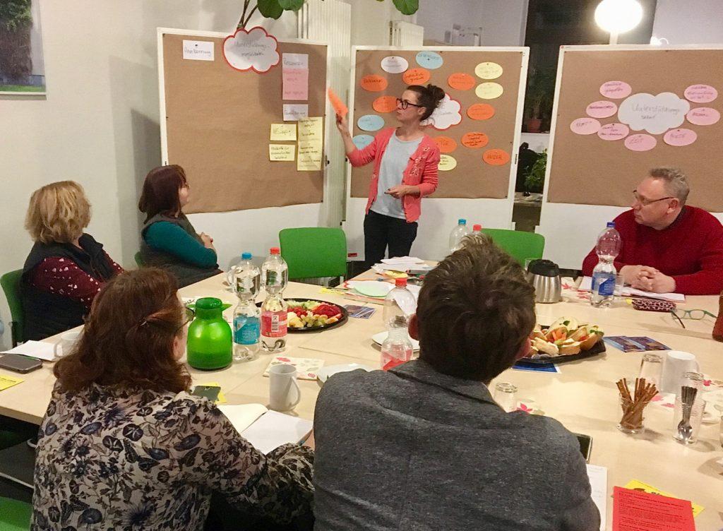 Maria Köhler (Magistralenmanagement) stellt Unterstützungsmöglichkeiten für Aktive und ihre Vorhaben entlang der Magistrale vor. (Foto: Stepahn Grandke)