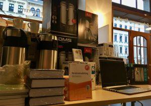 Kaffeemaschinen, Wasserkocher, Geschirr, Pumpkannen und Heißwasserbereiter stehen zur Ausleihe bereit. Die Nutzung von Laptop und Drucker sind vor Ort im Infozentrum nach Absprache jederzeit möglich.